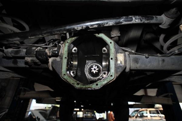 Dầu cầu không được thay thế định kỳ sẽ làm cho các bánh răng bị mòn, khiến cầu bị hú khi chạy xe