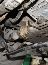 Dầu bị rò rỉ sẽ làm ướt các chi tiết dưới gầm xe